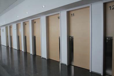 Descubre todos los motivos para seleccionar puertas fenólicas tanto en empresas sanitarias públicas como privadas. Entra y conoce todos los detalles.