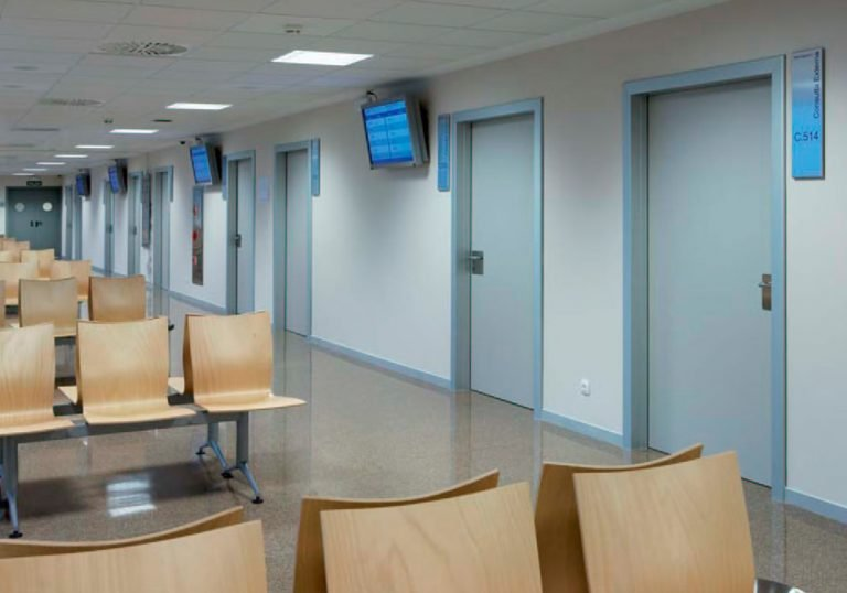 Puertas fenólicas HPL para centros de salud